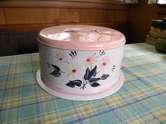 Vintage Floral Tin Cake- Cupcake covered storage and carrier plate Vintage Cake Plates, Vintage Bread Boxes, Vintage Tins, Vintage Dishes, Vintage Kitchen, Vintage Decor, Vintage Floral, Pie Carrier, Cake Stand With Dome