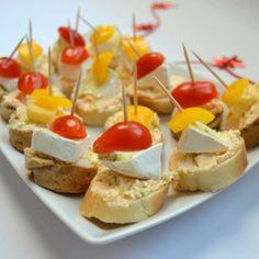 Recept na jednohubky s pikantní sýrovou pomazánkou krok za krokem - Vaření.cz Party Snacks, Appetizers For Party, Ciabatta, Caramel Apples, Baked Potato, Menu, Yummy Food, Treats, Baking