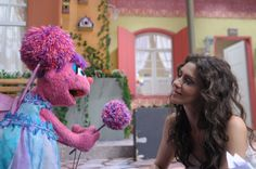 .: #MariaFernandaCândido divide a cena com #Abby na pré-estreia da #Sésamo, na #TVCultura e #TVBrasil
