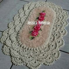 Amei Crochet Bobble, Crochet Hats, Decor Crafts, Diy And Crafts, Bathroom Rugs, Learn To Crochet, Crochet Doilies, My Flower, Table Runners