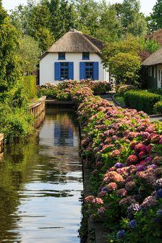 """O pequeno vilarejo de Giethoorn, na Holanda, é famoso por uma peculiaridade: a cidade não tem ônibus, metrô ou carros, pois ela não tem ruas! A cidadezinha pacata é conhecida como """"Pequena Veneza"""", justamente por funcionar como uma ilha cercada de água por todos os lados. E além disso, ela é linda!"""