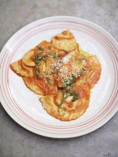 Jamie's Squash & ricotta ravioli Ravioli Pasta Recipe, Ricotta Ravioli, Pasta Recipes, Cooking Recipes, Risotto Recipes, Ravioli Filling, Butternut Squash Ravioli, Sauce Tomate, Fresh Pasta