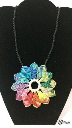 Mandala arcoiris en macrame Macrame Rings, Macrame Necklace, Macrame Jewelry, Pattern Art, Pattern Design, Collar Macrame, Macrame Tutorial, Flower Mandala, Micro Macrame