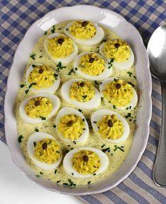 Ouă umplute, în sos tartar, rețetă video. Cum să faci niște ouă umplute cu gălbenușuri picante și sos tartar. Rețetă video, pas cu pas, de ouă umplute aperitiv Egg Recipes, Appetizer Recipes, Salad Recipes, Appetizers, Cooking Recipes, Romanian Food, Tasty, Yummy Food, Healthy Tips