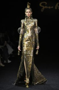 Model on the catwalk Guo Pei, We Wear, How To Wear, Chinese Style, Chinese Fashion, Timeless Fashion, Wearable Art, Catwalk, Fashion News