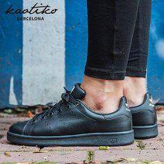 Las tenemos! Adidas Stan Smith Black en http://www.kaotikobcn.com/es/adidas-223000242 … #adidas #stansmith #adidasOriginals #sneakers