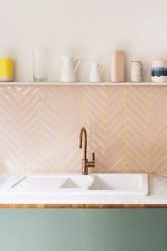 Bilderesultat for pink tiles backsplash Küchen Design, Home Design, Wills Design, Design Homes, Design Ideas, Clean Design, Pink Tiles, Green Tiles, Yellow Tile