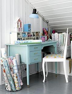 HJEMMEKONTOR: Et gammelt skrivebord er malt i en flott turkis farge, og den gamle stolen er malt hvit og trukket om i et fargerikt stoff. Samlingen tapeter stårtil pynt i en trådkurv.