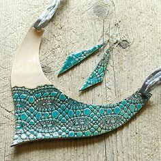 """Autorský originální šperk z kolekce """"Svatební šperky"""".  Keramický šperk zavěšený na čtyřech hedvábných šňůrkách v šedostříbřité barvě, americké zapínání. Náušnice jsou zavěšeny na stříbrných Ag 925 afroháčcích se silikonovými zarážkami, oboustranná glazura ( vzor krajky je pouze z vnější strany ).  Délka závěsu - 54cm včetně přívěškové části ( na přání lze upravit )  Rozměr přívěšku - š.14,6cm x v.12cm  Váha 1 náušnice - 2g  Rozměr náušnice - š.1,4cm x v.5,7cm ( rozměr bez afroháčku )"""