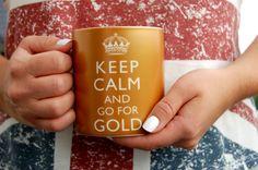 Zu Besuch bei der Queen: Die Souvenirs Keep calm and go for gold Tasse sowie Union Jack Top