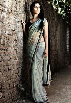 Saris are so pretty, I wish it was normal to wear one in the USA Classy sarees, Indian Ethnic Wear K Fashion, Fashion Fantasy, India Fashion, Asian Fashion, Fashion Dresses, Indian Attire, Indian Ethnic Wear, Indian Dresses, Indian Outfits