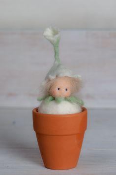 Filzfigur  kleines Blumenkind, Blumenfee, für den Jahreszeitentisch im Frühling, waldorf,