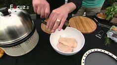 """In deze aflevering van """"Op Hete Kolen"""" wordt op de Cobb bbq als vooraf een heerlijke broodpizza gebakken. Als hoofgerecht wordt eendenborst gerookt. Heerlijk samen met de gegrilde groene asperges en gerookte rode bietjes!"""