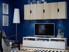 Móvel de TV BESTÅ branco com gavetas e armários de parede STUVA com portas em chapa de bétula