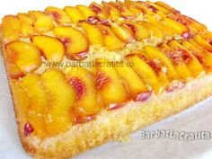 Prajitura cu piersici Hot Dog Buns, Hot Dogs, Romanian Food, Macaroni And Cheese, Avocado, Goodies, Sweets, Bread, Ethnic Recipes