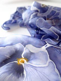 bufanda de seda pintada a mano del pensamiento por Luiza Malinowska MinkuLUL en Etsy: https://www.etsy.com/listing/221724738/silk-scarf-pansy-hand-painted-scarf: