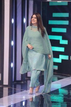 Pakistani Fashion Party Wear, Indian Fashion Dresses, Pakistani Fashion Casual, Dress Indian Style, Indian Designer Outfits, Pakistani Outfits, Hijab Fashion, Muslim Fashion, Indian Wear