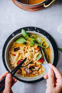Thaimaalainen kurpitsalaksa (V) – Viimeistä murua myöten Pesco Vegetarian, Vegan Recipes, Cooking Recipes, Sweet And Salty, Something Sweet, Tofu, Ramen, Food And Drink, Veggies