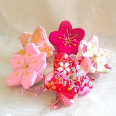 Hanging charm - Cherry Blossoms and plum blossoms - Japanese Art Craft 2 Japanese Flowers, Japanese Art, Sewing Crafts, Diy Crafts, Japanese Textiles, Kawaii, Flower Crafts, Flower Making, Fabric Flowers
