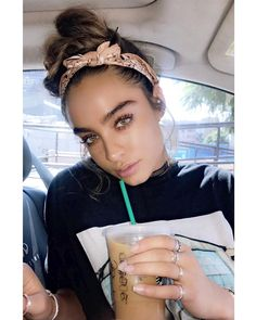 Sommer Ray Summer Ray Come: 10 Easy Summer Inspo-Worthy ProtectivSuper come indossare il copricapo Bandana Hairstyles, Cute Hairstyles, Hairstyles With Headbands, Hairdos, Beauty Makeup, Hair Makeup, Hair Beauty, Sommer Ray Instagram, Hair Scarf Styles