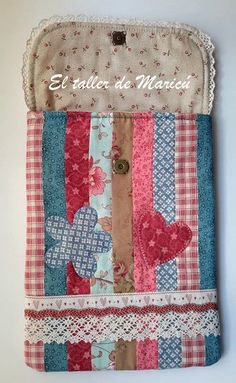 Blog sobre Costura Creativa, Patchwork y quilts con tutoriales. Sewing Case, Bazaar Ideas, Coffee Cozy, Phone Wallet, Laptop Accessories, Fabric Scraps, Applique, Projects To Try, Patches