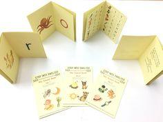 Step Into English Student Book  第一組:My Sound Book   Step Into English第一階段,以首字音認識英文字母的基礎發音。 透過圖像吸引孩子,連結生活經驗、吸收字彙並辨識英文字母發音,建立英文字彙拼音基礎。這時候的孩子需要重複練習,透過視覺與聽覺的感官吸收與精煉,完美孩子結合聲音與認識英文字母符號的能力。