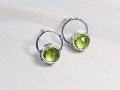 bright chartreuse natural peridot earrings in sterling  por Leoben,