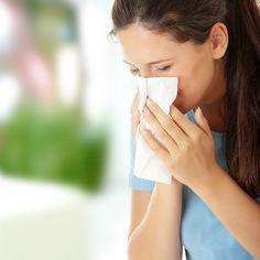Comment soigner naturellement une sinusite ? La sinusite est une inflammation des sinus relativement douloureuse. Il est possible de soigner naturellement une sinusite en faisant des inhalations. Ce remède de grand-mère est utile pour vous soulager et dégager vos sinus.