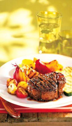 Filets mignons marinés au vin rouge et au poivre Filets, Steak, Bbq, Recipes, Food, Marinated Beef, Flat Top Grill, Barbecue, Barbecue Pit