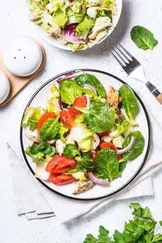 10 vinagretas saludables para tus ensaladas - Adelgazar en casa Chimichurri, Menu Restaurant, Caprese Salad, Country Kitchen, Salad Recipes, Spinach, Keto, Fresh, Vegetables