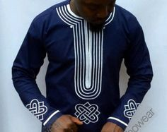 Coton ciré Bordeaux haut Hassan usure hommes par Odenehowear (he'd look good in this too) African Attire For Men, African Clothing For Men, African Shirts, African Wear, African Dress, Nigerian Men Fashion, African Print Fashion, Kaftan, Nike Dresses