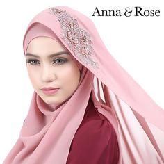 Auchh! Sweet kan warna ni? Perincian beads 3D diserikan lagi dgn warna dusty pink, sgt manis digayakan untuk apa jua majlis. Ada byk lg pilihan warna shawl untuk #annaqueens pilih.   Available di www.thetailoringfactory.com, HB Bangi & HB Ipoh (31.01.16/Ahad)-Anna Anna Rose, Beautiful Hijab, Dusty Pink, Hijab Fashion, Hand Stitching, Shawl, Niqab, Dress Up, Chiffon