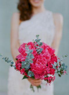 Fotos de buquê de noiva: O rosa não deixa de ser uma opção para quem quer um buquê de noiva mais delicado do que o vermelho.