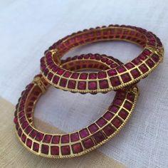 Jewelry Design Earrings, Gold Earrings Designs, Stone Earrings, Gold Designs, Necklace Designs, Gold Jewelry Simple, Simple Necklace, Silver Jewelry, Gold Necklace