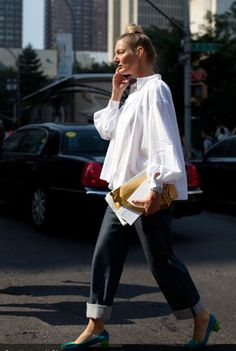 the sartorialist- white shirt blue jeans The Sartorialist, White Shirt Outfits, White Shirts, White Blazers, White Shirt And Blue Jeans, Blue Shirts, Look Street Style, Street Chic, Street Beat