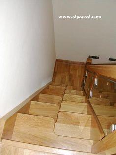 Escalera de pasos alternos en madera de Roble, con zancas a la francesa y barandilla de cristal.  http://www.alpacasl.com/