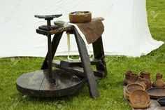 14139671-Old-Potters-wheel-outside-and-clay-pots-Stock-Photo.jpg (1300×865)