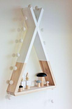Una estantería en forma de tepee. En el blog encontraréis más información.
