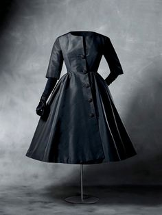 Cocktail coat Cristóbal Balenciaga for Balenciaga 1956 Cut at waistline. The bodice is fitted with darts, has a jewel neckline and three-quarter set-in sleeves. The full skirt is gathered at the waist. Balenciaga Vintage, Balenciaga Dress, Coat Dress, The Dress, 1950s Fashion, Vintage Fashion, Edwardian Fashion, Dior, Vintage Mode