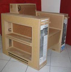 un fauteuil en carton utile avec des étagères pour ranger les livres