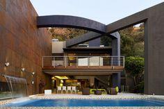 maison de luxe avec garde-corps extérieur en acier inox et plaques de verre