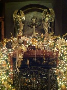 Christmas Elegant Garland Mantel designed by Lupita Rodriguez. Christmas Fireplace, Christmas Mantels, Christmas Lights, Christmas Holidays, Christmas Wreaths, Cozy Christmas, White Christmas, Elegant Christmas, Beautiful Christmas