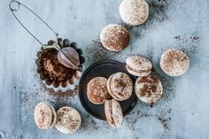 Macarons, Cookies, Chocolate, Desserts, Food, Cacao Powder, Gingerbread Recipes, Almonds, Dessert Ideas