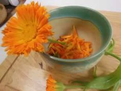 homemade recipe: calendula face rinse for smoother skin and acne care.