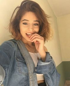 i still feel childish in a lot of way Back To School Hairstyles, Cute Hairstyles For Short Hair, Short Curly Hair, Bob Hairstyles, Curly Hair Styles, Hair Inspo, Hair Inspiration, Step By Step Hairstyles, Hair Photo