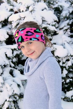 How to make fleece ear warmers. Such a super fast and cute project Fleece Crafts, Fleece Projects, Easy Sewing Projects, Sewing Tips, Sewing Ideas, Fabric Crafts, Craft Projects, Fleece Hat Pattern, Fleece Patterns