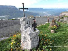 San Miguel con la cruz sobre su cabeza victorioso de haber salvado al dragón.