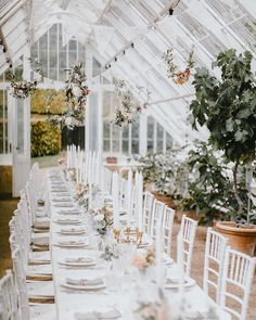 Eksperterne afslører: Her er de 3 største bryllupstrends for 2020 Garden Party Wedding, Wedding Table, Wedding Design Inspiration, Wedding Decorations, Table Decorations, Outdoor Wedding Venues, Wedding Designs, Wedding Ideas, Traditional Wedding