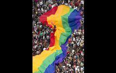 Bandeira colorida gigante, símbolo do movimento, é carregada durante o percurso da Parada Gay, na Avenida Paulista.//Parada gay -São Paulo 12.