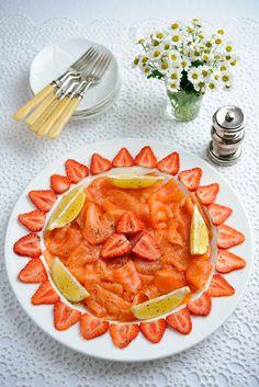 Aardbeien en gerookte zalm. Het lijkt een vreemde combinatie, maar dit voorgerecht smaakt echt heel lekker. http://www.gezondheidsnet.nl/wat-eten-we-vandaag/aardbeien-met-gerookte-zalm #zalm #aardbeien #recept